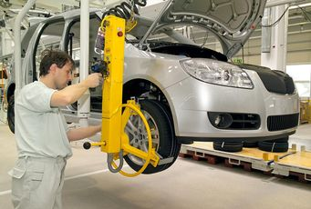 Wheel installation on Roomster (source: Škoda Auto)
